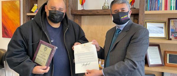Cónsul de Colombia en Chicago entregó reconocimiento de la Presidencia de la República a un connacional destacado